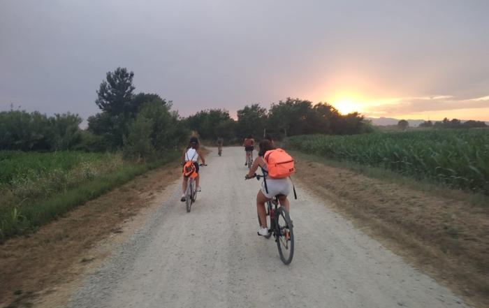 Grupo en bicicleta por el Alt Emporda